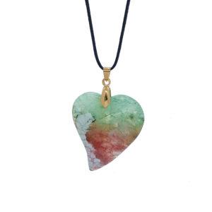 Μακρύ χειροποίητο κολιέ με μαύρο κορδόνι και πολύχρωμη ημιπολύτιμη πέτρα σε σχήμα λοξής καρδιάς. Ιδιαίτερο κόσμημα που δεν πρέπει να λείπει από την συλλογή σας.