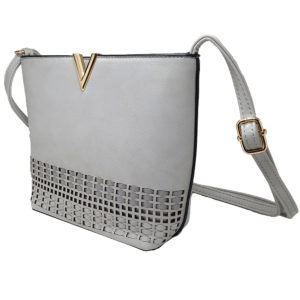 Γκρι τσάντα μεσαίου μεγέθους από τεχνητό δέρμα. Έχει λουράκι που αυξομειώνεται ώστε να φοριέται χιαστί αλλά και στον ώμο. Η τσάντα έχει μία κεντρική ευρύχωρη θήκη και μία μικρή εξωτερική οι οποίες κλείνουν με φερμουάρ.