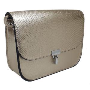 Χρυσή τσάντα από τεχνητό δέρμα μεταλλικό κούμπωμα. Έχει λουρί που προσαρμόζεται στο μέγεθος που επιθυμείτε. Φοριέται χιαστή αλλά και στον ώμο.