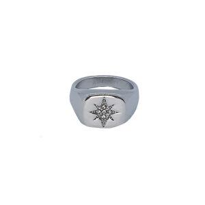 Δαχτυλίδι Chevalier από ατσάλι σε ασημί χρώμα με σχέδιο αστέρι. Δεν μαυρίζει και δεν προκαλεί αλλεργίες. Κομψό διαχρονικό κόσμημα που δεν πρέπει να λείπει από τη συλλογή σας.